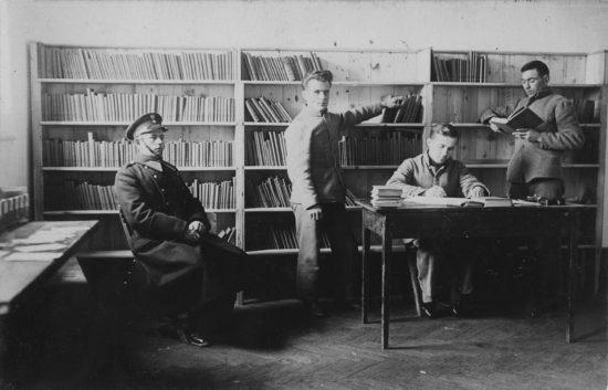 Więźniowie w bibliotece. Fotografia ze zbiorów NAC